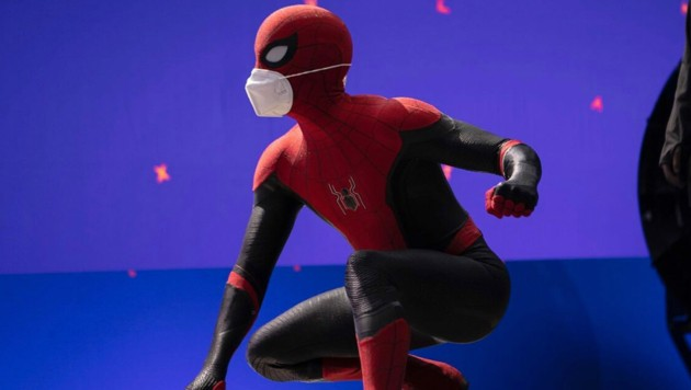 "Tom Holland als ""Spider-Man"" mit doppelter Maske am Filmset (Bild: www.instagram.com/tomholland2013)"