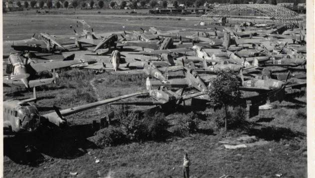 """Während des Zweiten Weltkriegs wurde das """"Flugfeld Klagenfurt"""" militärisch genutzt. Nach dem Krieg lagen auf dem Gelände unzählige beschädigte Flugzeuge. (Bild: AAvK/Slg. Brunner)"""