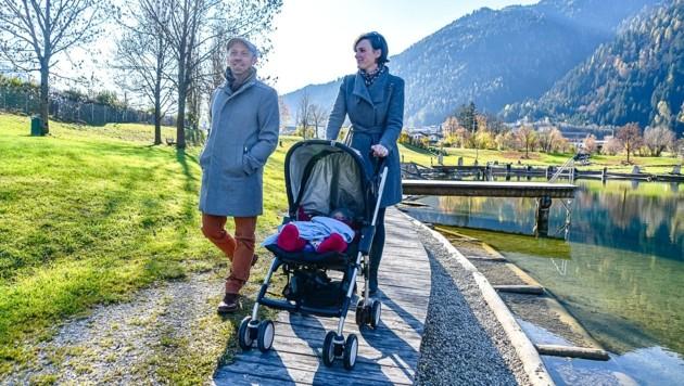 Schauspieler Edwin Daniel Hochmuth genießt mit Ehefrau Maria und Töchterchen Ella einen Spaziergang in Schlitters. (Bild: Hubert Berger)