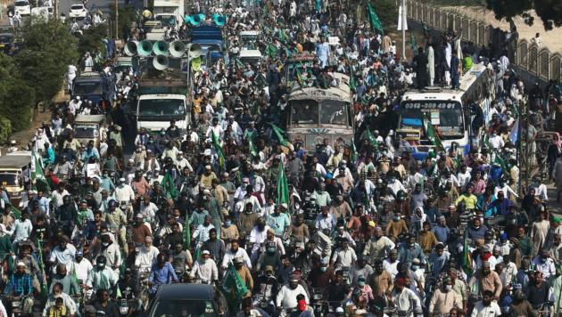 Viele der Demonstranten sind Anhänger der extremistisch-dschihadistischen 'Tehreek-e-Labaik-Partei. (Bild: AP)