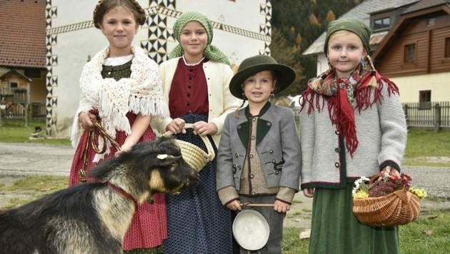 """Probedurchlauf für die """"Krone"""": Sophie, Marlen, Marie und Valentina (li.), Ella und Michael mit Tessa. (Bild: Holitzky Roland)"""