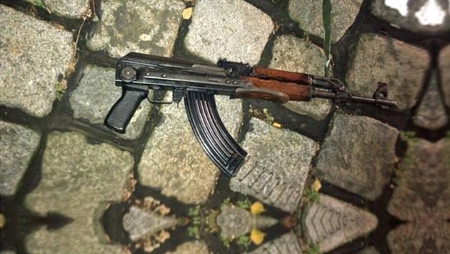 Mit diesem automatischen Sturmgewehr richtete Kujtim F. mitten in Wien ein Blutbad an. (Bild: LPD WIEN)