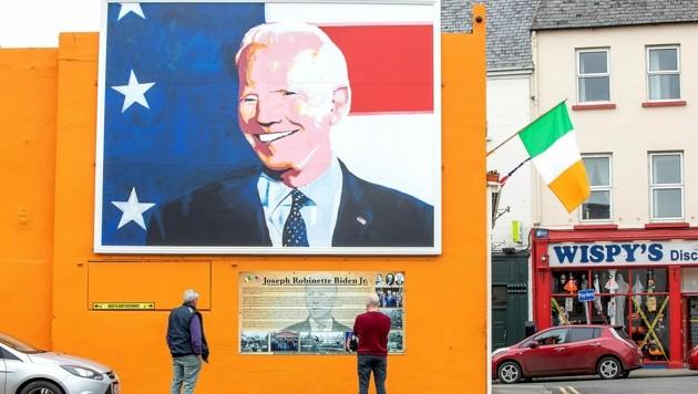 Ein riesiges Biden-Gemälde ziert die Fassade eines Hauses in der irischen Stadt Ballina, wo die Vorfahren des 77-Jährigen gelebt haben. (Bild: APA/AFP/PAUL FAITH)