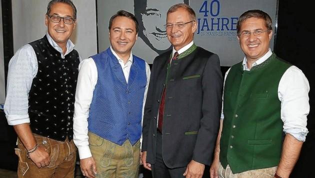 Freiheitliche Familie zum 40er: Strache (li.) und Haimbuchner (2.v.l.) mit dem oberösterreichischen Landeshauptmann Thomas Stelzer (2.v.r., ÖVP) (Bild: Facebook/Manfred Haimbuchner)