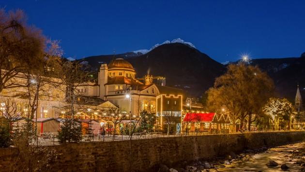 Der Weihnachtsmarkt in der Südtiroler Stadt Meran findet heuer coronabedingt nicht statt. (Bild: stock.adobe.com, Krone KREATIV)