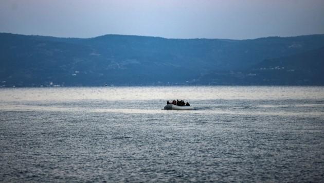 Ein Boot mit Migranten vor der griechischen Insel Samos (Archivbild) (Bild: AFP)
