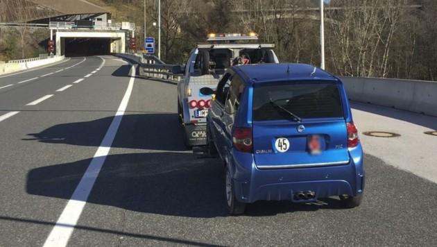 Ein Abschleppwagen holte das Mopedauto aus der Autobahn-Pannenbucht ab. (Bild: Zeitungsfoto.at)