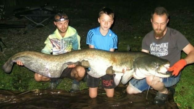 Großartiges Erlebnis für Georg (Mitte): Gemeinsam mit den erfahrenen Fischern Patrick (re.) und Franz konnte der 12-Jährige nachts einen kapitalen Wels aus dem Trifthanslteich fischen. (Bild: Make A Wish)