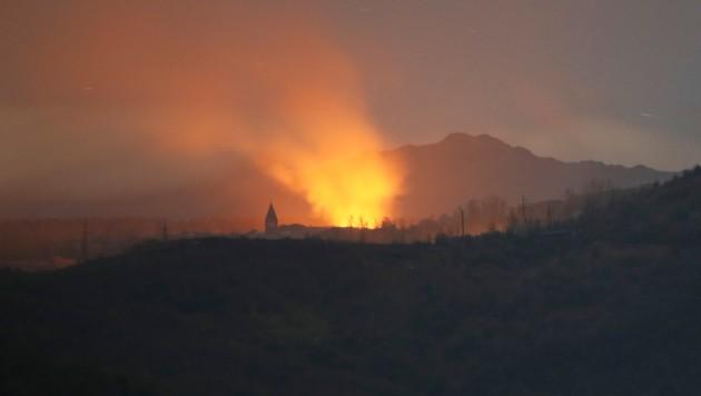 Explosionen, Rauch und Flammen sind zu sehen nahe der strategisch wichtigen Stadt Schuschi. (Bild: AP)