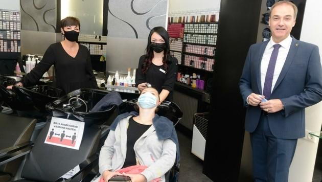 Wirtschaftslandesrat Schneemann beim Lokalaugenschein im Hair Studio von Karin Artner. (Bild: Weber Franz)