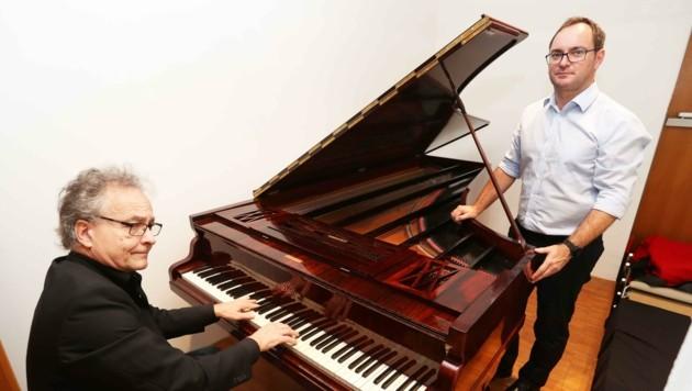 Fuchs (li.) und Ortschef Markus Landauer mit dem Original-Flügel. Auch die Phonola wurde restauriert. (Bild: Judt Reinhard)