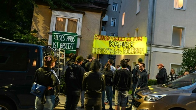Die Besetzung des Hauses zog auch mehrere Schaulustige an. (Bild: zeitungsfoto.at/Liebl Daniel)