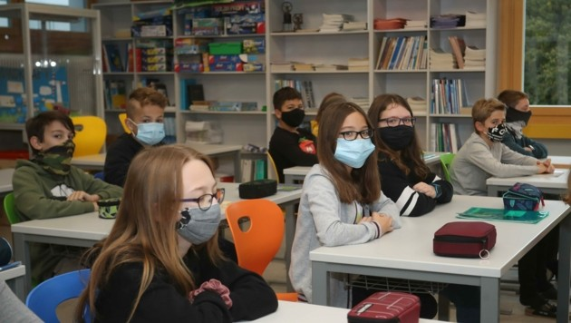 Noch ist Unterricht: In Munderfing setzen die Kinder sogar freiwillig Mund-Nasenschutz auf. (Bild: Scharinger Daniel)