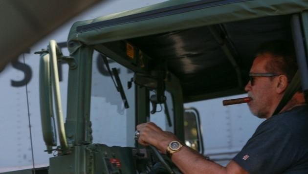 Da qualmt und raucht es: Arnold Schwarzenegger mit Zigarre im Hummer unterwegs. (Bild: www.pps.at)