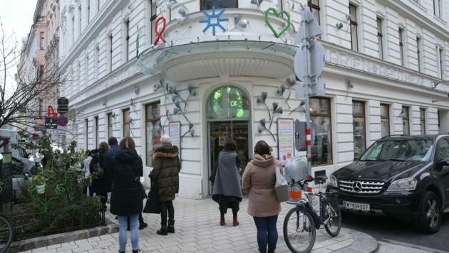 Menschen warten vor der Marien Apotheke in Wien auf den 15-Minuten-Test. (Bild: Peter Tomschi )