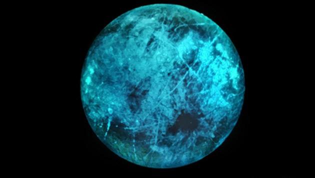 Künstlerische Illustration: So leuchtet der Jupitermond möglicherweise auf seiner der Sonne abgewandten Seite. (Bild: NASA/JPL-Caltech)