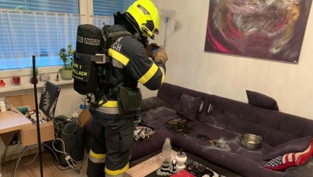 Der Brand auf der Couch war nicht groß. Der Rauch war jedoch sehr gefährlich. (Bild: HFW Villach)