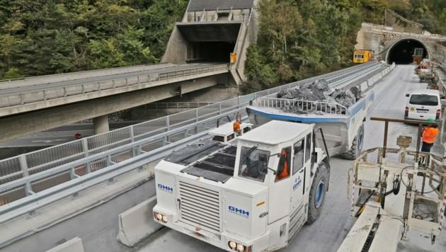 Bis vor wenigen Tagen waren noch Baumaschinen im Einsatz, nun rollt der Verkehr - vorerst einspurig. (Bild: Christof Birbaumer)