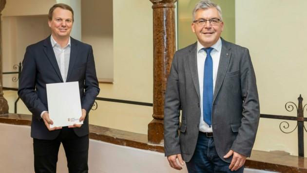 Landesrat Josef Schwaiger mit Simon Klingler (Bild: Land Salzburg / Neumayr)