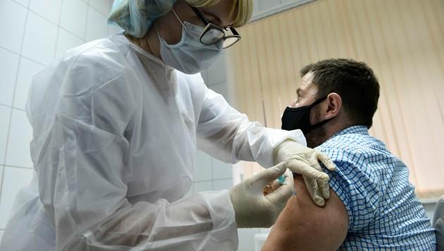 Russland beginnt mit der Impfung der Soldaten. (Bild: APA/AFP/Natalia Kolesnikova)
