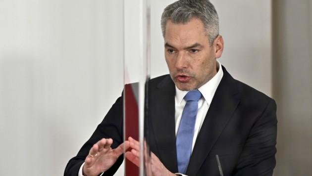 """Innenminister Karl Nehammer (ÖVP) lässt sich trotz der Drohungen gegen seine Familie und ihn """"nicht aufhalten"""". (Bild: APA/HERBERT NEUBAUER)"""