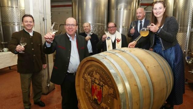 Am Gut Liegenfeld wurde zur kleinen Weintaufe geladen. Mit dabei Kammerpräsident Niki Berlakovich und Weinkönigin Susanne I. (Bild: Judt Reinhard)