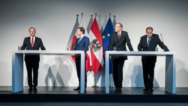 Kanzler Kurz, Minister Faßmann und Rektor Lukas (etwas abgelenkt) hören LH Thomas Stelzer andächtig zu. (Bild: Land OÖ/Max Mayrhofer)
