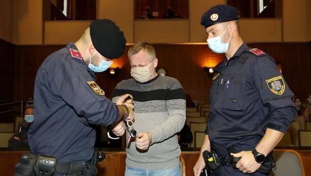 Immer wieder schluchzte der Angeklagte auf (Bild: Christian Jauschowetz)
