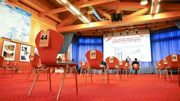 200 bis 300 Personen finden im großen Saal des Kongresszentrums Obertauern Platz. An der Abstimmung am Mittwoch nahmen rund 30 Mitglieder des Tourismusverbandes teil. (Bild: Gerhard Schiel)