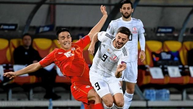 Otar Kiteishvili (r.), der sich im Hinspiel gegen Nordmazedonien verletzte, fiebert heute als Zuschauer mit Georgiens Team mit. (Bild: EPA)