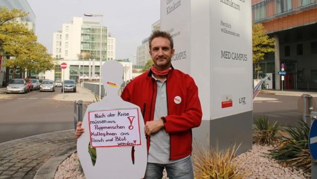 Betriebsratschef Helmut Freudenthaler, aktionistisch vor dem Kepler Universitätsklinikum in Linz (Bild: FSG)