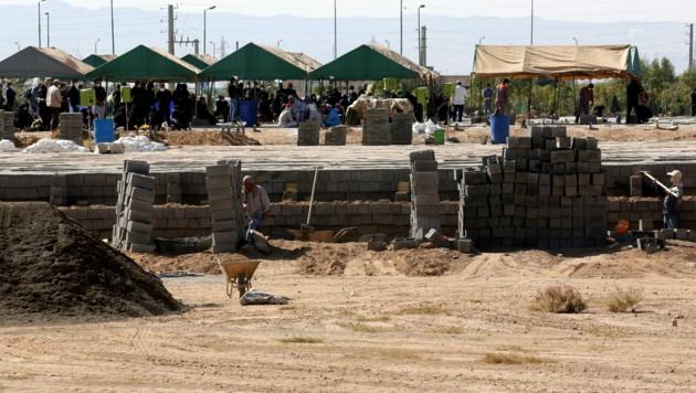 Die Arbeiter sind am Friedhof Behescht-e-Sahra sehr gefordert. (Bild: AFP)