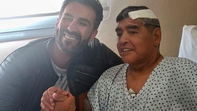 Maradona mit seinem Arzt Leopoldo Luque (Bild: AFP)