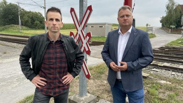 Harald Schuh und Peter Handlos vor dem Bahnübergang in Freistadt (Bild: FPÖ Freistadt)