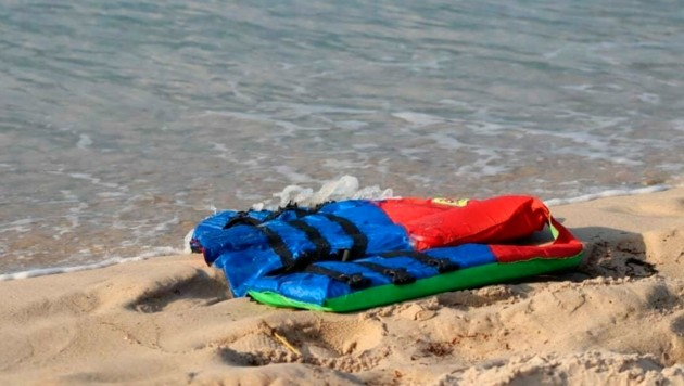 Nahe des Hafens al-Khums wurden Schwimmwesten und diverse andere Gegenstände aus dem gesunkenen Boot angespült. (Bild: AP/IOM/Hussein Ben Mosa)