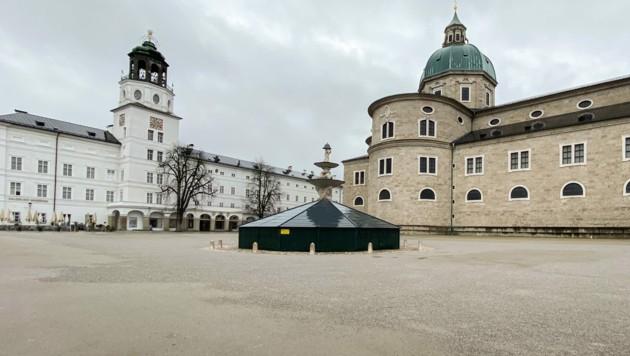 Der menschenleere Residenzplatz in Salzburg. (Bild: APA/VOGL-PERSPEKTIVE.AT/MIKE VOGL)