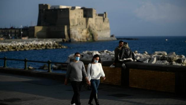 Das schöne Herbstwetter lockt viele Bürger in Neapel an die Strände. (Bild: AFP )