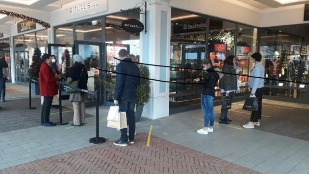 Wartende Kunden vor den Shops: An die Vorgaben hielten sich gestern fast alle. (Bild: Judt Reinhard)