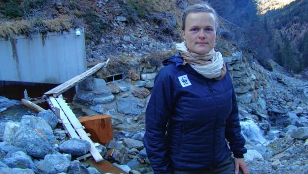 """WWF-Expertin Marianne Götsch beim Kraftwerk am Lesachbach: """"Keine Weisungen mehr!"""" (Bild: WWW/Marianne Götsch)"""