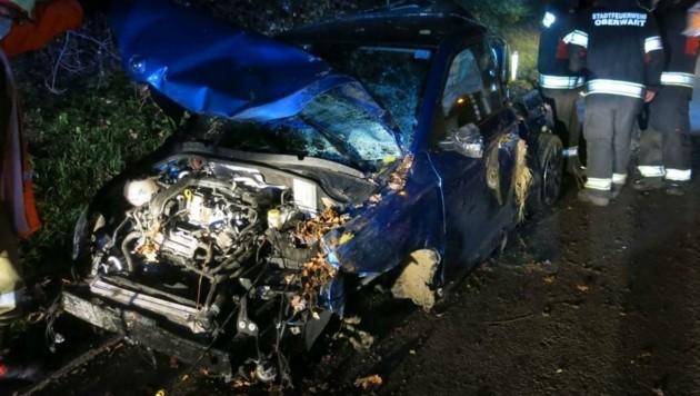 Florianis bargen auf der Stegersbacher Straße das Unfallauto. (Bild: Stadtfeuerwehr Oberwart)