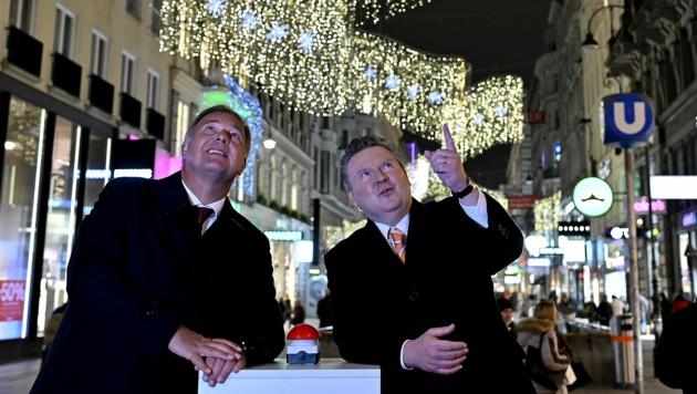 Bürgermeister Michael Ludwig und der Wiener Wirtschaftskammerchef Walter Ruck hoffen, dass den Menschen trotz Corona nicht die Weihnachtsstimmung genommen wird. (Bild: APA/HERBERT NEUBAUER)