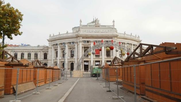 Auf dem Wiener Rathausplatz stehen bereits die Adventhütten. (Bild: Zwefo)