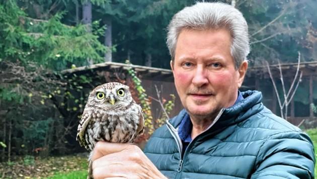 Wildtierexperte Dietmar Streitmaier mit dem verletzten spanischen Steinkauz. (Bild: Hannes Wallner)