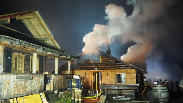Gewaltige Rauchschwaden stiegen aus dem Gebäude (Bild: Feuerwehr Bad Gastein)