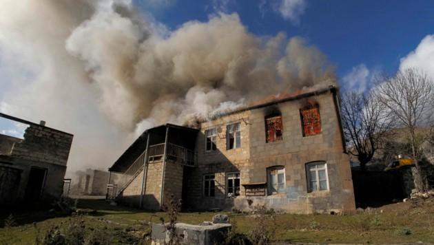 Die armenischen Dorfbewohner möchten ihre Häuser nicht Aserbaidschan überlassen - deshalb setzten sie sie in Flammen. (Bild: AP/Dmitry Lovetsky)