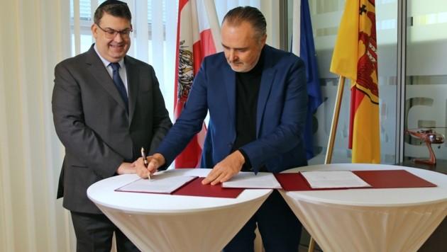 Oskar Deutsch, Präsident der Israelitischen Kultusgemeinde, und Landeschef Hans Peter Doskozil unterzeichneten Vertrag. (Bild: LMS)