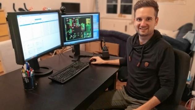 Der 30-Jährige in seiner Wohnung in Braunau am Inn, OÖ. Er ist technischer Zeichner und arbeitet im Home-Office. (Bild: zVg)