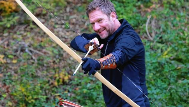 """Johannes Zeiler beim Bogenschießen im Wienerwald - am Montag ist er wieder als Erbermittler Paul Schwartz in """"Letzter Wille"""" (20.15 Uhr, ORF 1) im Einsatz. (Bild: Zwefo)"""