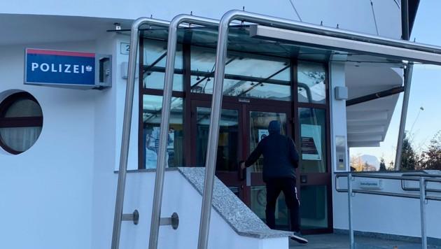 Die mutmaßliche Angreiferin wurde nach der Versorgung im Krankenhaus festgenommen und zur Polizeiinspektion Kramsach gebracht. (Bild: zoom.tirol)