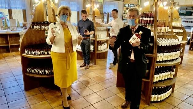 """Landtagspräsidentin Verena Dunst bei einem Besuch der Destillerie: """"Ein wichtiger Wirtschaftsfaktor für die Region"""", so die Mandatarin. (Bild: Christian Schulter)"""